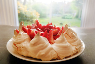 Meringue and strawberry dessert on plate, close-upの写真素材 [FYI03602015]