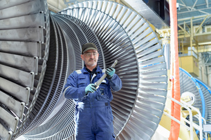 Portrait of engineer with turbine blade in turbine maintenance factoryの写真素材 [FYI03602260]
