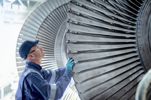 Close up of engineer inspecting low pressure turbine during inspection in turbine maintenance factorの写真素材 [FYI03602266]