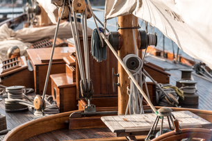 Detail of rope and sails on traditional boat deck, Porquerolles, Provence-Alpes-Cote d'Azurの写真素材 [FYI03602599]