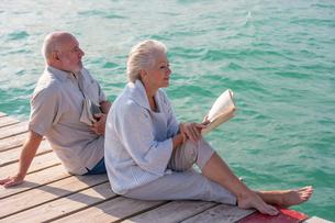 Couple enjoying seaside from jettyの写真素材 [FYI03602852]