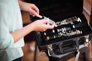 Young clarinettist putting her clarinet in caseの写真素材 [FYI03602994]