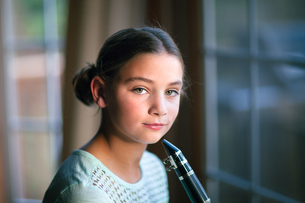 Young clarinettist posing with her clarinetの写真素材 [FYI03603000]