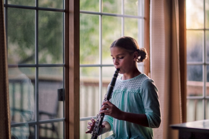 Young clarinettist playing her clarinetの写真素材 [FYI03603001]