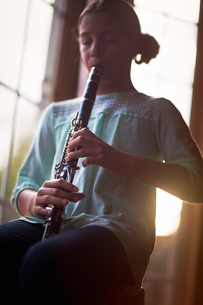 Young clarinettist playing her clarinetの写真素材 [FYI03603002]