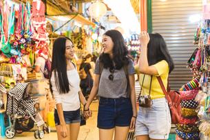 Tourists walking in bazaar, Bangkok, Thailandの写真素材 [FYI03603068]