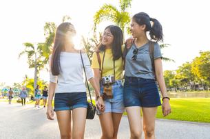 Friends walking and sightseeing in park, Bangkok, Thailandの写真素材 [FYI03603073]