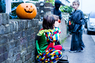 Young boys dressed in halloween costume, beside house, trick or treatingの写真素材 [FYI03603430]