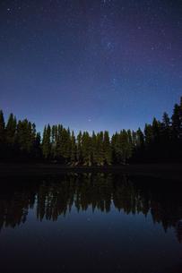 Starry night sky, Nickel Plate Provincial Park, Penticton, British Columbia, Canadaの写真素材 [FYI03603645]