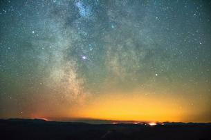 Diamond Creek Wildfire 2017, Milky Way, North Cascade Mountain Range, Penticton, British Columbia, Cの写真素材 [FYI03603646]