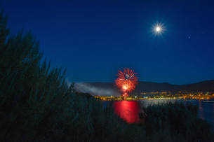 Canada Day celebration over Okanagan Lake, full moon in sky, Penticton, British Columbia, Canadaの写真素材 [FYI03603650]