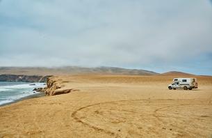 Campervan parked at coast, Lagunillas, Ica, Peruの写真素材 [FYI03603747]