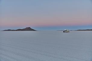 Recreational vehicle, travelling across salt flats, Salar de Uyuni, Uyuni, Oruro, Bolivia, South Ameの写真素材 [FYI03603775]