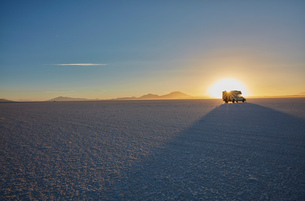 Recreational vehicle, travelling across salt flats, Salar de Uyuni, Uyuni, Oruro, Bolivia, South Ameの写真素材 [FYI03603778]