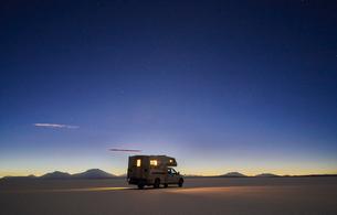 Recreational vehicle, travelling at dusk, across salt flats, Salar de Uyuni, Uyuni, Oruro, Bolivia,の写真素材 [FYI03603779]
