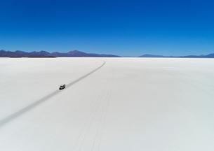 Recreational vehicle, travelling across salt flats, Salar de Uyuni, Uyuni, Oruro, Bolivia, South Ameの写真素材 [FYI03603780]