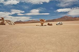 Recreational vehicle, travelling across landscape, Villa Alota, Potosi, Bolivia, South Americaの写真素材 [FYI03603781]
