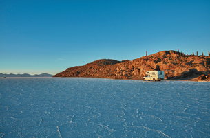 Recreational vehicle, travelling across salt flats, Salar de Uyuni, Uyuni, Oruro, Bolivia, South Ameの写真素材 [FYI03603783]