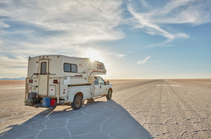 Recreational vehicle, travelling across salt flats, Salar de Uyuni, Uyuni, Oruro, Bolivia, South Ameの写真素材 [FYI03603784]