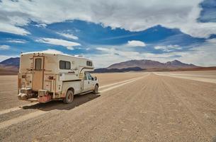 Recreational vehicle, travelling across landscape, rear view, Villa Alota, Potosi, Bolivia, South Amの写真素材 [FYI03603788]