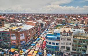 Elevated view of city streets, El Alto, La Paz, Bolivia, South Americaの写真素材 [FYI03603830]