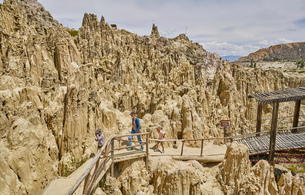 Mother and sons trekking along footpath, through rock formations, La Paz, Bolivia, South Americaの写真素材 [FYI03603846]