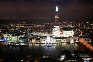 Cityscape of London and river Thames illuminated at night, United Kingdom, Europeの写真素材 [FYI03604054]