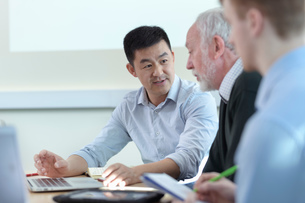 Younger and older scientists discussing pharmaceutical science project in meeting roomの写真素材 [FYI03604374]