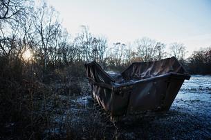 Rusty skip in rural setting, Seaham, Durham, UKの写真素材 [FYI03604401]