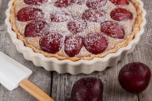 Sugar dusted plum and cinnamon tartの写真素材 [FYI03604579]