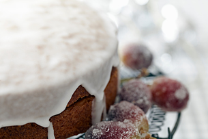 Iced cake on cake stand with sugar frosted grapes, close upの写真素材 [FYI03604672]