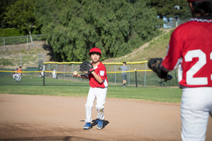 Boys practising baseballの写真素材 [FYI03604680]