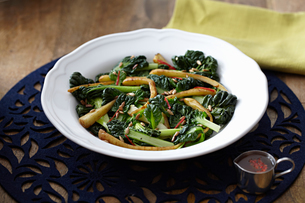 Chard and parsnip salad with pine nuts in bowlの写真素材 [FYI03604714]