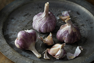 Garlic bulbs on trayの写真素材 [FYI03604716]