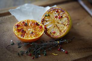 Glazed halves of orange and lemonの写真素材 [FYI03604719]