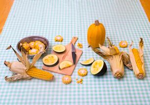 Still life of corn on the cob with two varieties of squashの写真素材 [FYI03604993]