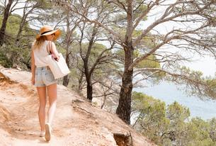Woman walking along coastal pathway, Tossa de mar, Catalonia, Spainの写真素材 [FYI03605146]