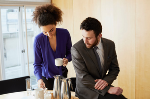 Businesswoman and man taking a coffee break during office meetingの写真素材 [FYI03605301]