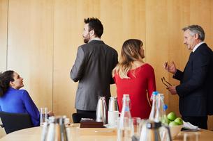 Businesswomen and men taking a break during office meetingの写真素材 [FYI03605304]