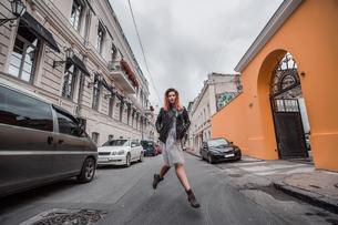 Woman skipping in streetの写真素材 [FYI03605560]