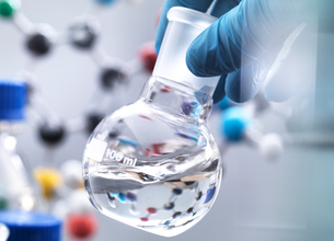 Scientist preparing chemical formula in a laboratory flask during an experiment, molecular model inの写真素材 [FYI03605730]