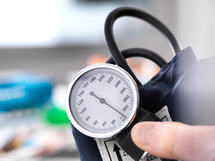 Cropped view of doctor holding blood pressure gaugeの写真素材 [FYI03605735]