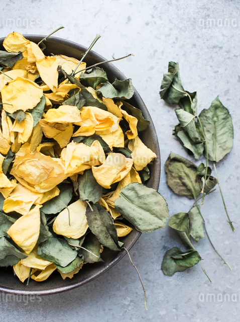 Rose petals and dry leaves in bowlの写真素材 [FYI03605858]