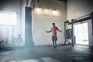 Man skipping in gymの写真素材 [FYI03606037]