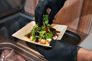 Cook preparing takeaway foodの写真素材 [FYI03606161]