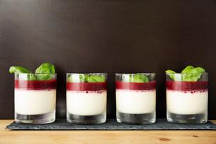 Display of dessert in glassesの写真素材 [FYI03606180]