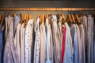 Clothes on rail in shop, close-upの写真素材 [FYI03606321]