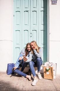 Friends taking selfie on doorstepの写真素材 [FYI03606332]