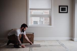 Man installing floor tilesの写真素材 [FYI03606588]