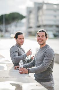 Young adult male twins taking a training break, portraitの写真素材 [FYI03606749]